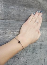 Melna metāla ķēdītes aproce ar melnu pērlīti