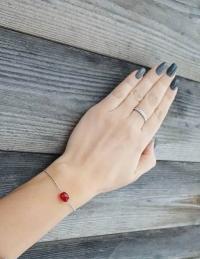 Ķēdītes aproce ar sarkanu stikla pērlīti