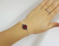 Ķēdītes aproce ar sarkanu stikla kristālu