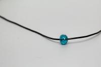 Elastīga kaklarota ar zilganzaļu stikla pērli
