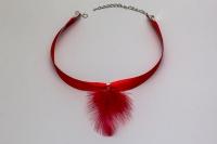 Sarkana satīna kaklarota ar spalvu